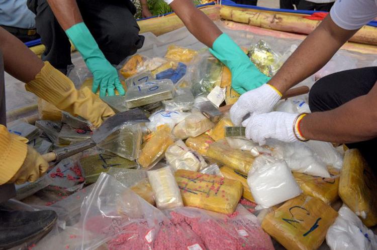 Cảnh sát Campuchiatrong một lần tịch thu ma túy. Ảnh: AFP
