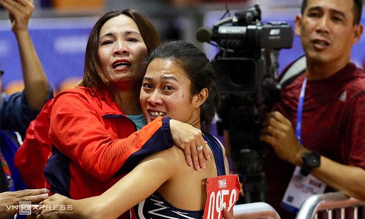 Cả Tú Chinh lẫn HLV Thanh Hương đều xúc động đến nghẹn ngào khi biết tin chiến thắng. Ảnh: Quang Huy.