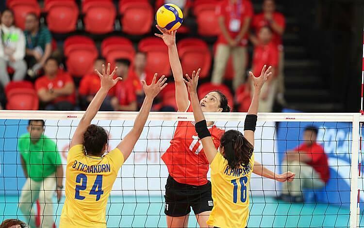 Các tuyển thủ bóng chuyền nữ Việt Nam (đỏ) không thể tạo bất ngờ trước Thái Lan. Ảnh: Lâm Đồng.