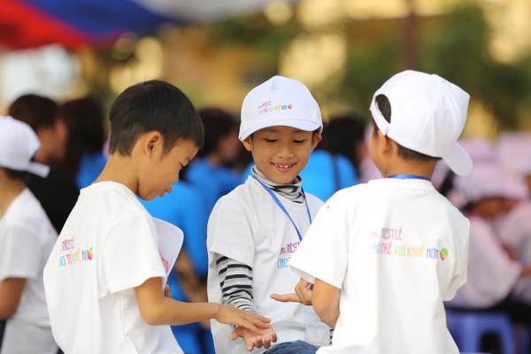 Ngoài những kiến thức và tầm quan trọng của dinh dưỡng, các em học sinh cũng được hoạt động thể lực thông qua các bài tập vận động tại chỗ đơn giản.