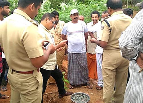 B Rathnakaran Pillai gặp may khi đào được hũ tiền cổ sau khi trúng số.Ảnh: News Minute.