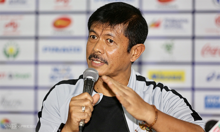 HLV Indra Sjafri trong cuộc họp báo tại sân Rizal Memorial sáng 9/12. Ảnh: Đức Đồng.