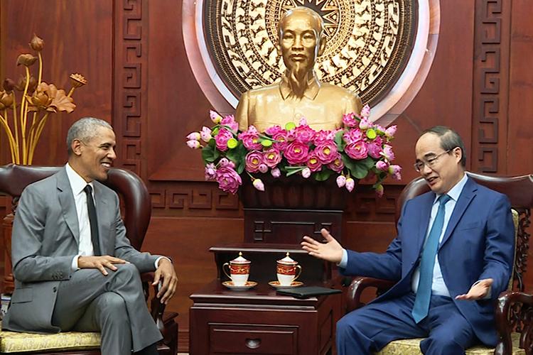 Bí thư Thành ủy TP HCM Nguyễn Thiện Nhân nói chuyện với ông Obama. Ảnh cắt từ video.