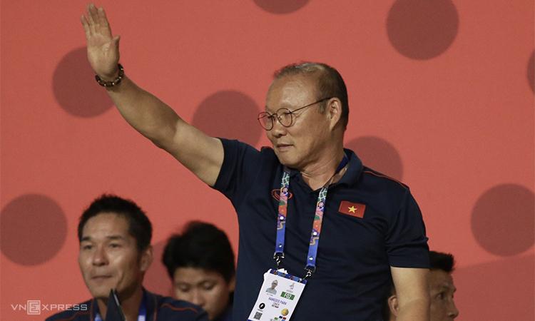 HLV Park Hang-seo có mặt trên khán đài sân Rizal Memorial, cổ vũ tuyển nữ Việt Nam trong trận chung kết bóng đá nữ SEA Games hôm 8/12. Ảnh: Lâm Thoả.