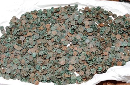 Nhiều đồng xu đã ngả xanh qua thời gian. Ảnh: News Minute.