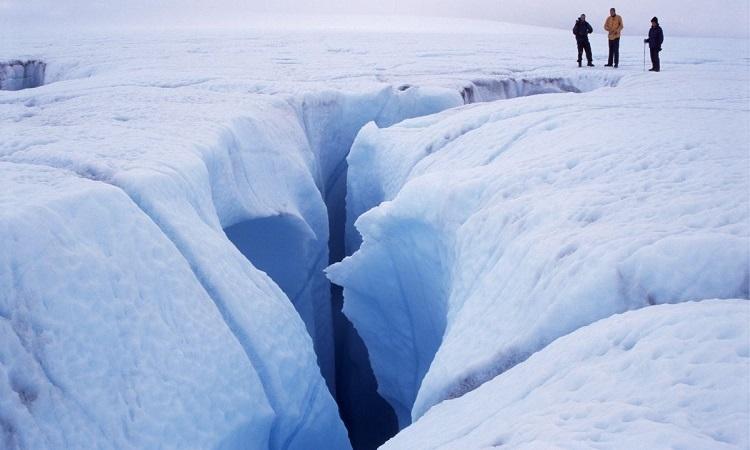 Vết nứt trên mặt sông băng Store. Ảnh: Live Science.