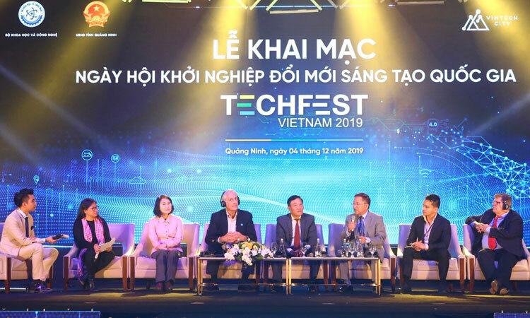 Các chuyên gia nêu ý kiến tại lễ khai mạc Techfest 2019 tối 4/12. Ảnh: V. Quyết.