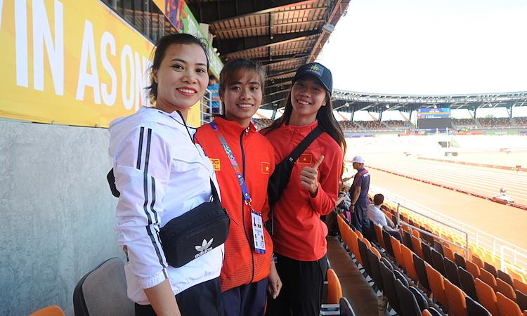 Thu Trang cùng HLV Nguyễn Thị Bắc (bìa trái) và HC vàng tiếp sức 4x400m hỗn hợp Nguyễn Thị Hằng. Ảnh: Quang Huy.