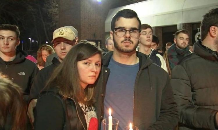 Sinh viên tại Đại học Rowan, bangNew Jersey, Mỹ, tưởng niệm các bạn học qua đời vì tự sát hôm 6/12. Ảnh: CNN.