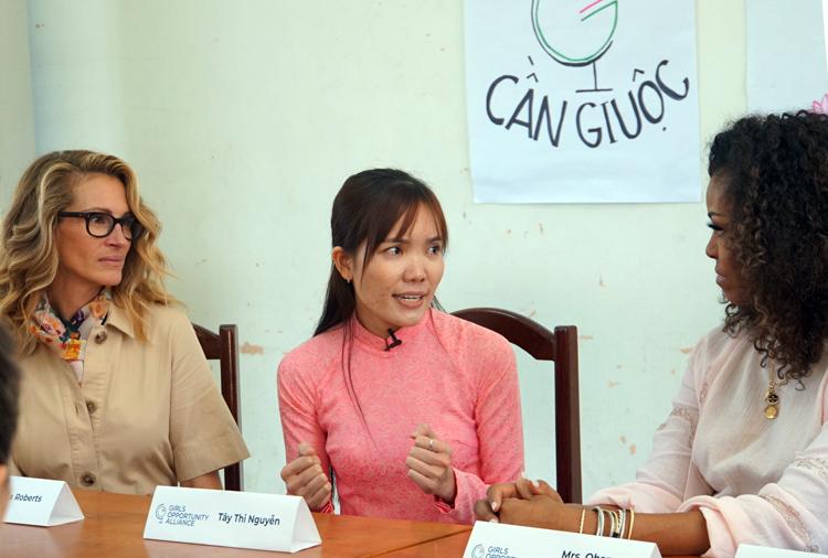 Nguyễn Tây Thi (giữa) một cựu thành viên của chương trình, chia sẻ về cuộc sống hiện tại với bà Obama và nữ diễn viên Julia Roberts (trái). Ảnh: Mạnh Tùng.