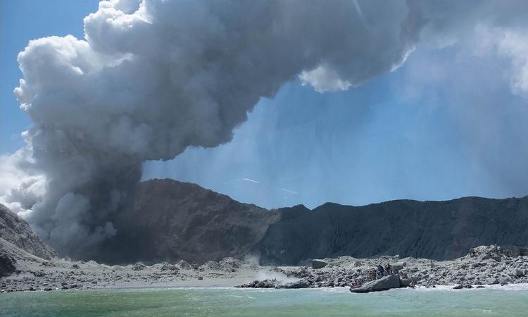 Núi lửa phun trào trên đảo White chiều 9/12. Ảnh: AFP.