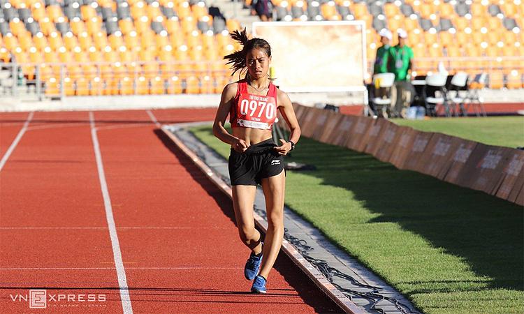 Thu Trang bỏ xa các đối thủ để về đích trên đường đua 10.000 mét đi bộ nữ hôm 8/12. Ảnh: Quang Huy.