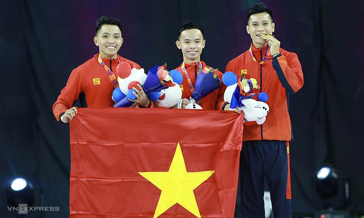 Nguyễn Việt Anh, Nguyễn Chế Thanh, Vương Hoài Ân nhận HC vàng aerobic nội dung hỗn hợp ba người. Ảnh:Lâm Thoả.