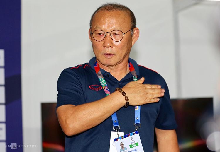 HLV Park Hang-seo đặt tay lên lá cờ Việt Nam trên ngực áo trái, khi kết thúc cuộc họp báo ở Manila sáng 9/12. Ảnh: Đức Đồng.