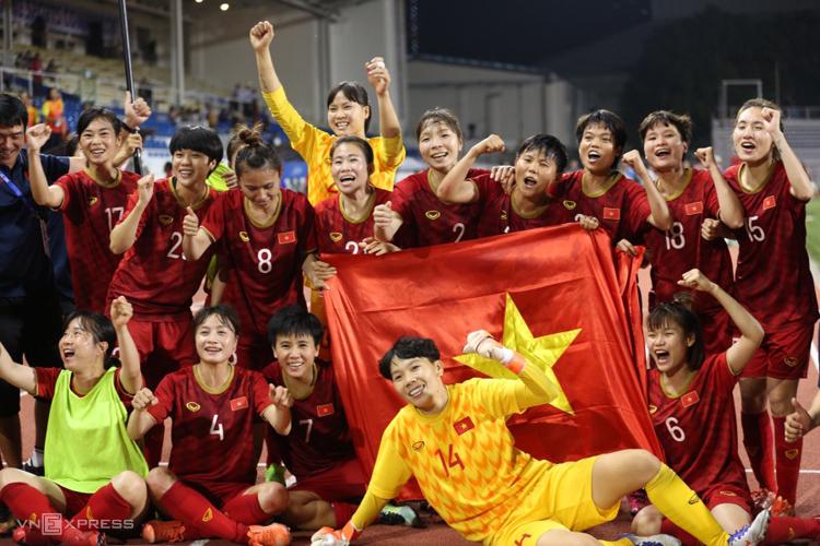 Các cầu thủ nữ Việt Nam ăn mừng huy chương vàng SEA Games lần thứ 6. Ảnh: Lâm Thoả