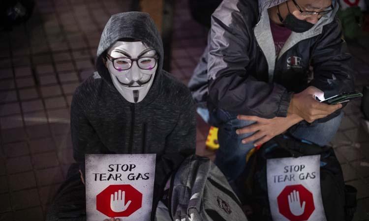 NgườiHong Kong đeo mặt nạ khi tham gia biểu tình hôm 6/12. Ảnh: AFP.