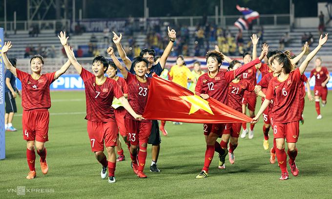 Các cô gái của đội tuyển bóng đá nữ ăn mừng chức vô địch SEA Gameslần thứ 6. Ảnh: Đức Đồng