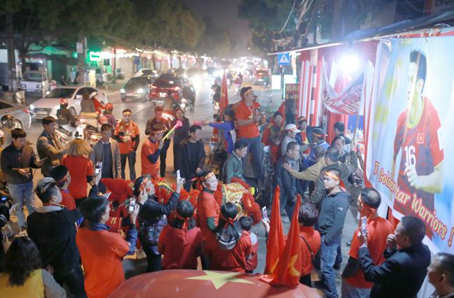 18h, hơn 60 cổ động viên tập trung ở nhà Hùng Dũng múa lân, cổ vũ cho đội tuyển Việt Nam. Ảnh: Tất Định