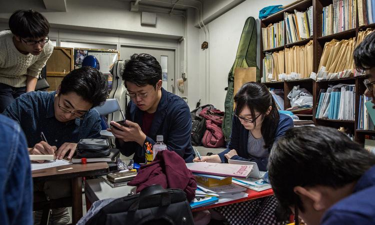 Một nữ sinh học nhóm cùng các sinh viên nam tại Đại học Todai. Ảnh: NY Times.
