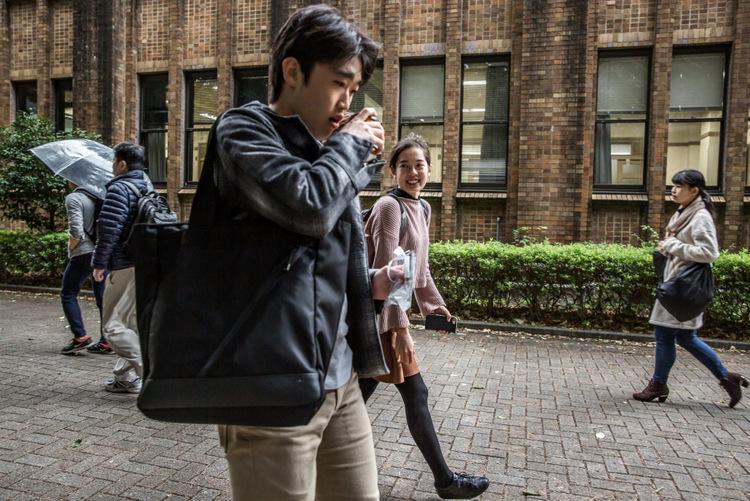 Aine Adachi (áo hồng) đi cùng bạn cùng lớp tại khuôn viên Đại học Tokyo. Ảnh: NY Times.