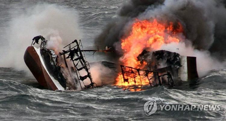 Tàu cá bốc cháy hôm 19/11 ở vùng biển Jeju, Hàn Quốc. Ảnh: Yonhap