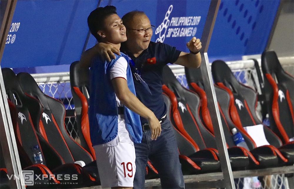 Thầy Park chia vui cùng Quang Hải