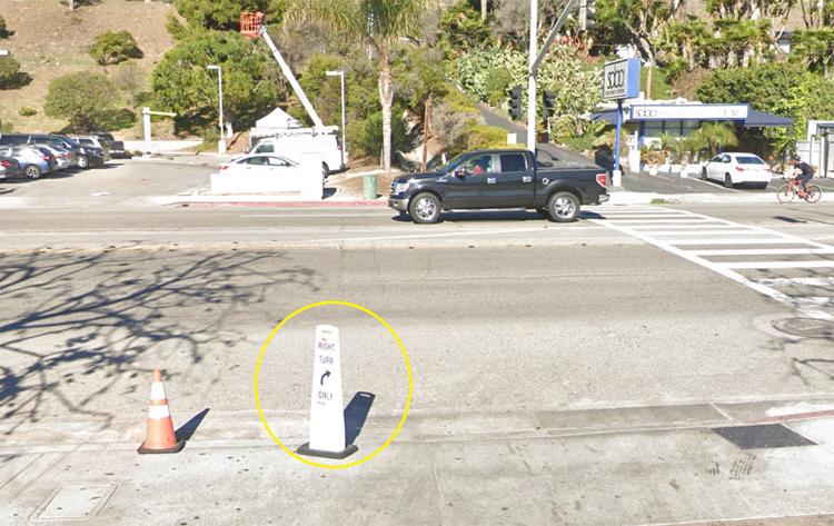 Cọc tiêu ở lối ra khỏi nhà hàng hướng dẫn chỉ rẽ phải, trong khi Elon Musk lại rẽ trái. Ảnh: Google Maps