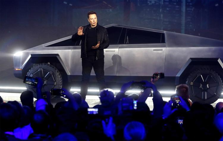 Elon Musk đích thân giới thiệu Cybertruck hôm 21/11. Ảnh: AP