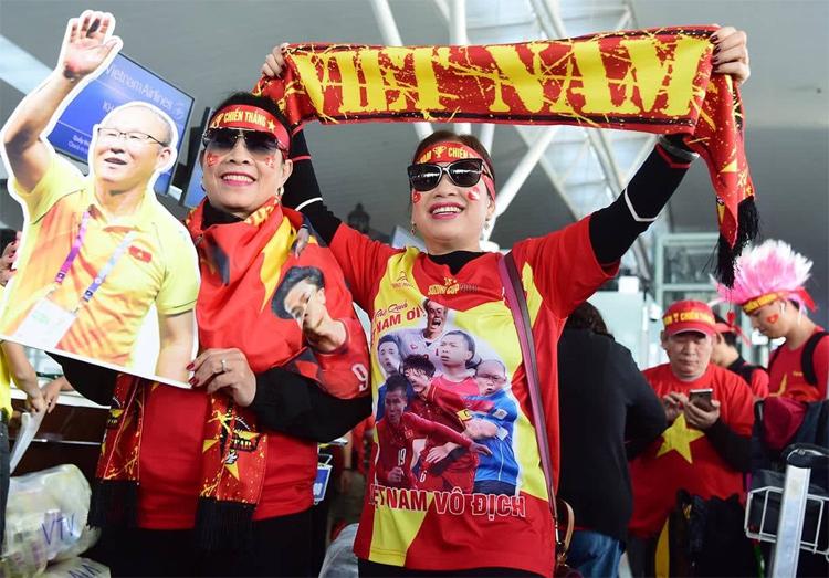 Người hâm mộ cổ vũ đội tuyển Việt Nam trong sáng 10/12. Ảnh: Giang Huy