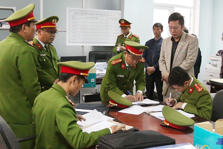 Nhà chức trách khám xét nơi làm việc của các cán bộ. Ảnh: Quang Văn
