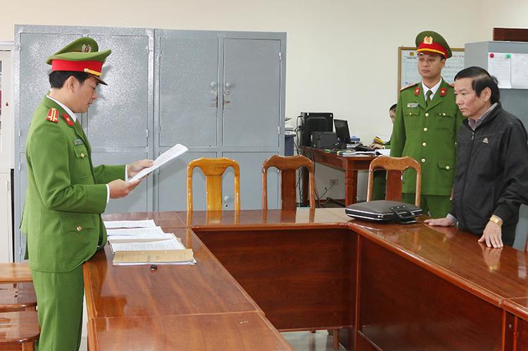 Ông Nguyễn Văn Thuận, nguyên Giám đốc Ban quản lý dự án nghe lệnh bắt giam. Ảnh: Quang Văn