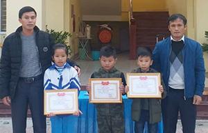Ba em Ly, Thiên, Huy (thứ hai đến bốn, từ trái sang), tại buổi tuyên dương. Ảnh: Đ.H