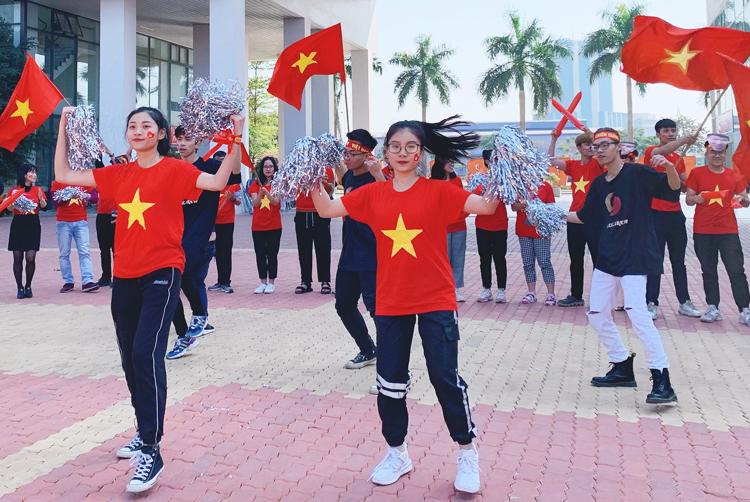 Sinh viên Đại học FPT nhảy cổ vũ đội tuyển sáng 10/12. Ảnh: Phương Phạm