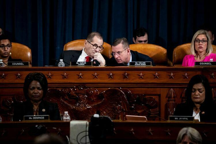 Nghị sĩ Jerrold Nadler (trái) và Doug Collins trong phiên điều trần với Ủy ban Tư pháp Hạ viện hôm 9/12 tại Washington, Mỹ. Ảnh: NYTimes.