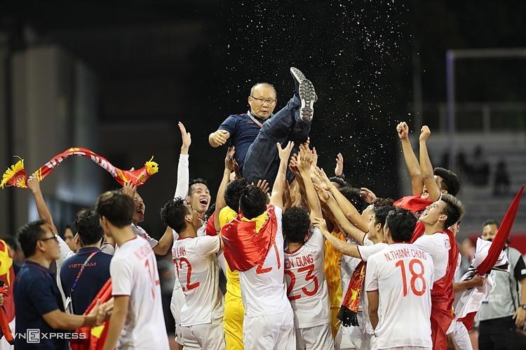 HLV Park được các học trò công kênh, ăn mừng sau trận chung kết với Indonesia. Ảnh: Đức Đồng.