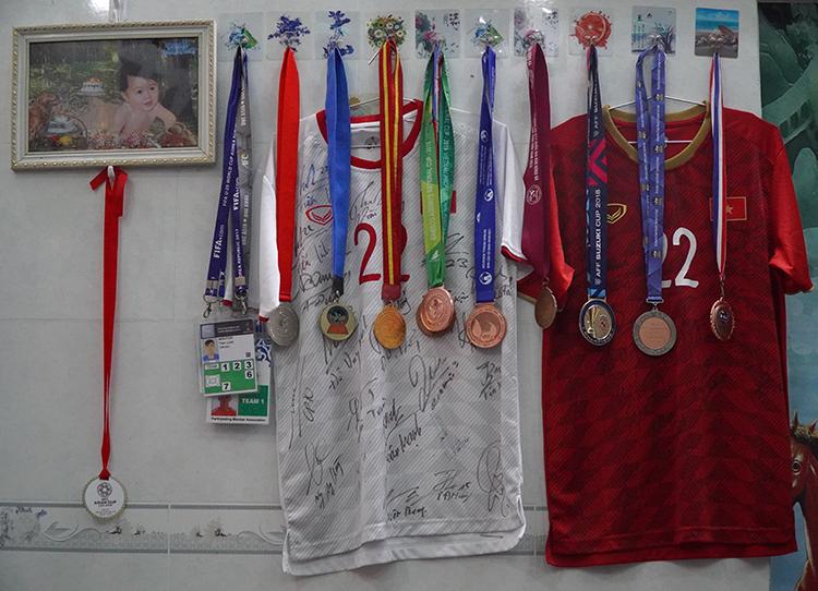 Nhiều huy chương được bố mẹ treo ở phòng khách. Ảnh: Phước Tuấn