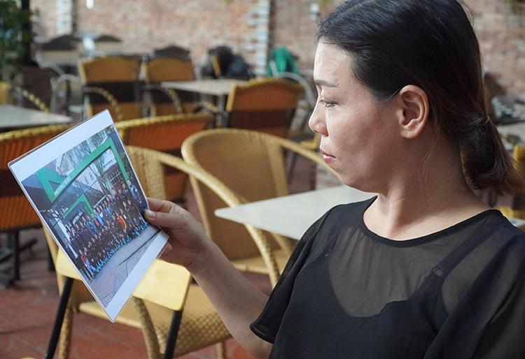 Mẹ Tiến Linh xem lại ảnh con trai lúc đi thi đấu giải U20 thế giới tại Hàn Quốc. Ảnh: Phước Tuấn
