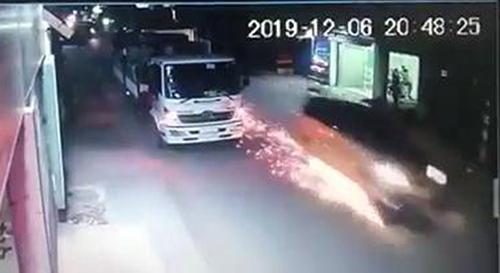 Camera người dân ghi nhận chiếc ôtô kéo lê xe máy khi bỏ chạy. Ảnh cắt từ video.