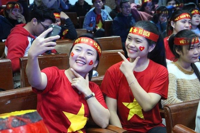 Hai nữ sinh Sư phạm Huế trong buổi cổ vũ đội tuyển Việt Nam khi vào đến chung kết AFF Cup hồi cuối năm 2018. Ảnh: Võ Thạnh
