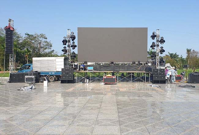 Màn hình lớn đang lắp đặt tại quảng trường 24/3 hoàn thành trước 14h ngày 10/12. Ảnh: Đắc Thành