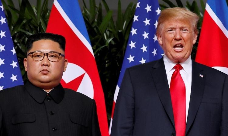 Lãnh đạo Triều Tiên Kim Jong-un (trái) và Tổng thống Mỹ Donald Trump tại hội nghị thượng đỉnh lần đầu tiên ở Singapore hồi tháng 6/2018. Ảnh: Reuters.