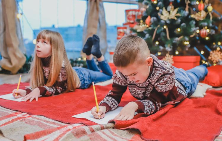 Trẻ em viết thiệp Giáng sinh. Ảnh: Shutterstock.