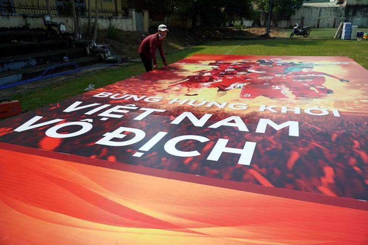 Ban tổ chức lắppanô cổ vũ tại sân vận động Biên Hòa (Đồng Nai)trưa 10/12. Ảnh: Phước Tuấn.