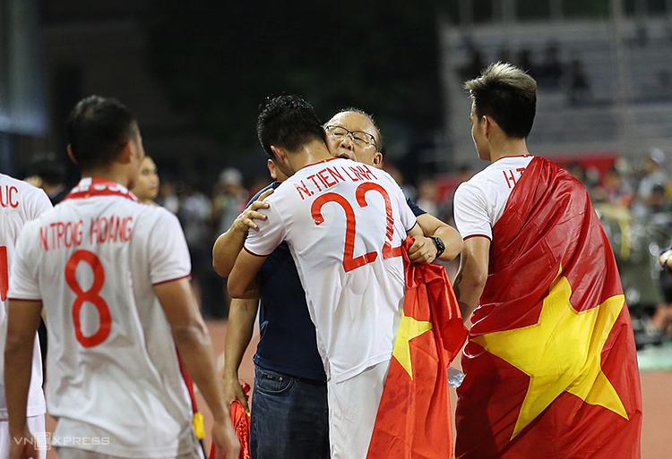 HLV Park ôm hôn các học trò sau trận chung kết với Indonesia. Ảnh: Đức Đồng.