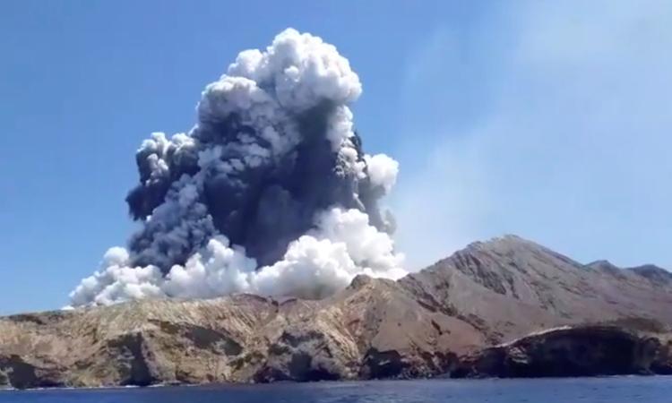 Núi lửa trên đảo White, New Zealand phun trào hôm 9/12. Ảnh: Reuters.