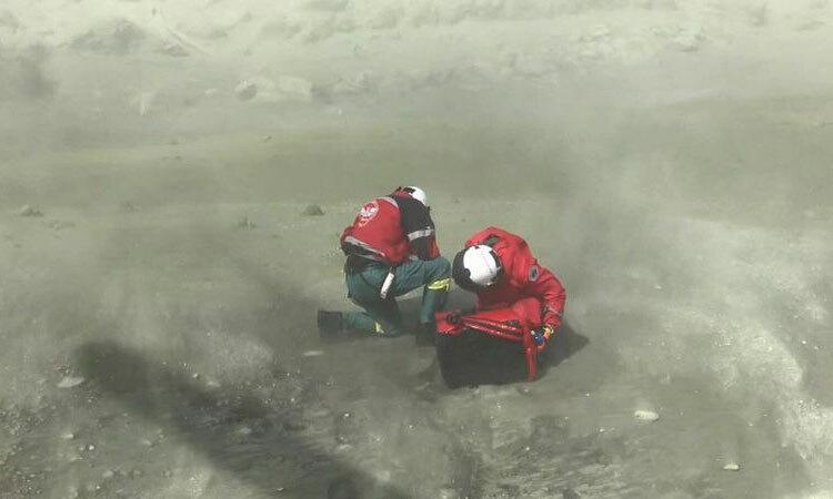 Nhân viên cứu hộ trên đảo White sau vụ núi lửa phun trào hôm 9/12. Ảnh:Auckland Westpac Rescue Helicopter