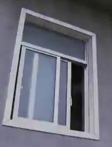 Cửa số để mở tạo cơ hội cho hung thủ gây án. Ảnh: CCTV.