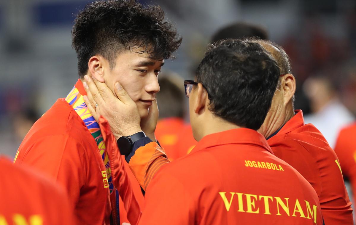HLV Park Hang-seo an ủi cầu thủ Indonesia