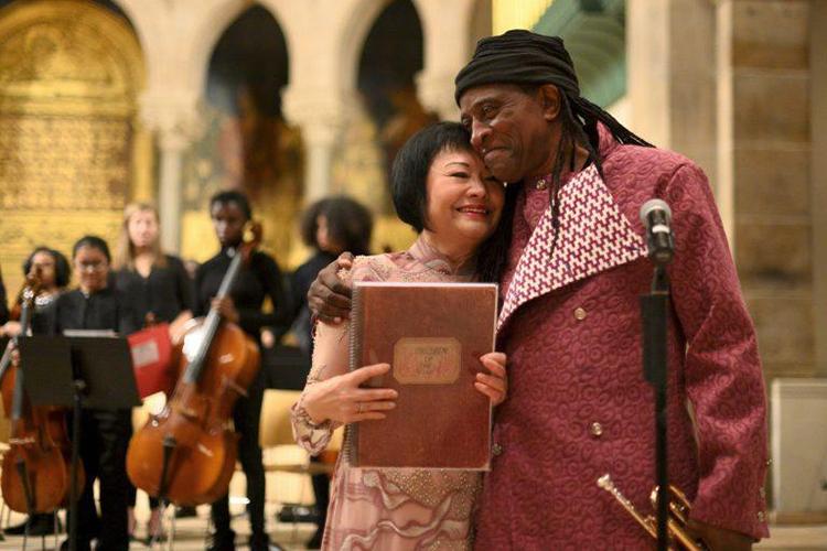 Lokumbe và Kim Phúc ôm nhau vào cuối buổi biểu diễn hôm 7/12. Ảnh: WESA
