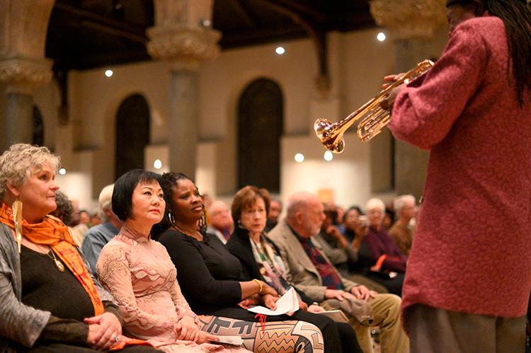 Bà Kim Phúc (thứ hai từ trái sang) và khán giả thưởng thứcLokumbebiểu diễn hôm 7/12. Ảnh: WESA